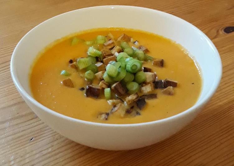 Karotten-Kokos Cremesuppe mit Räuchertofu und Frühlingszwiebeln (glutenfrei und vegan)
