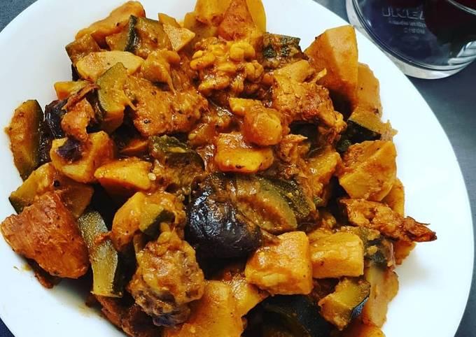 Tajine aux pommes de terre, courgettes poulet, pruneaux et noix