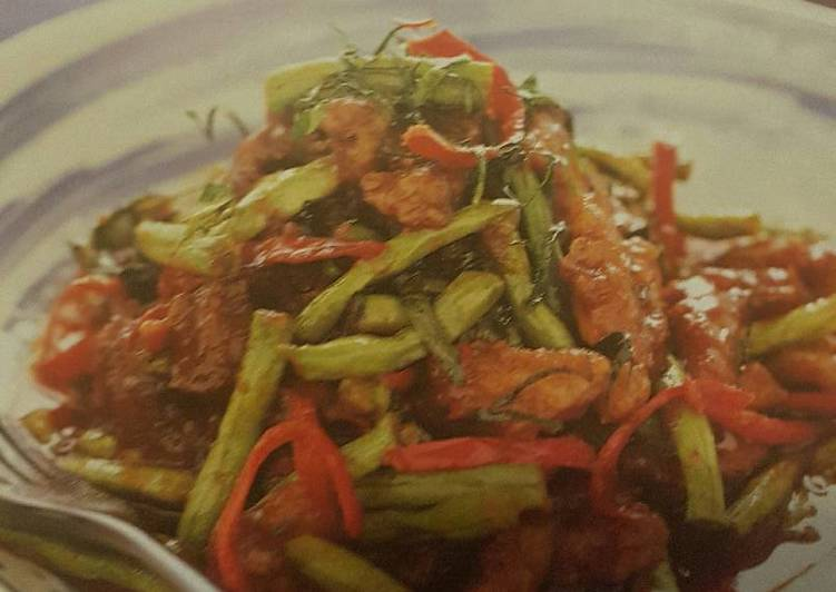 Stir-Fried pork and long beans with red curry paste
