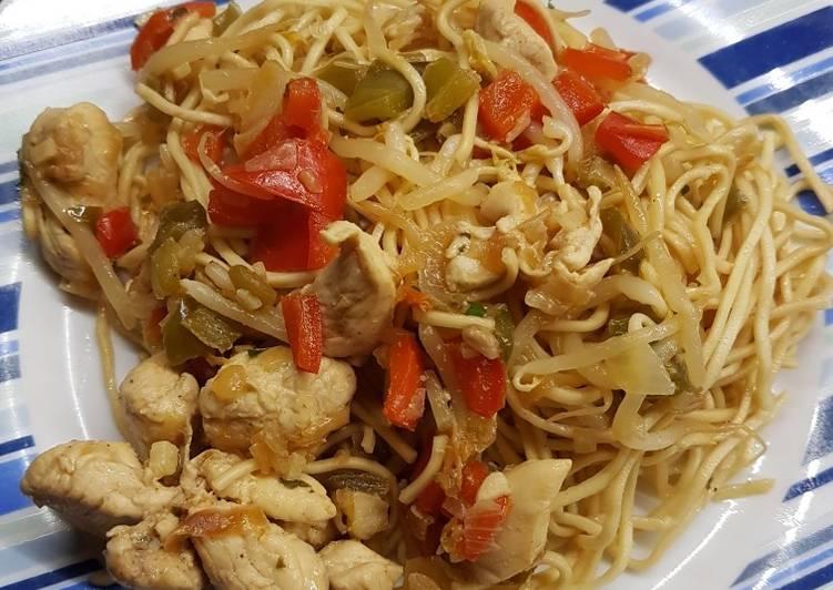 Nouilles chinoises au poulet et aux légumes
