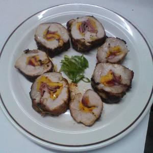 Lomo de cerdo relleno con fresas, melocotón y cebollin