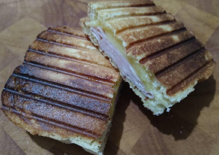 Sándwich caliente en paninera (sandwichera)