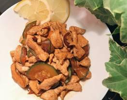Pollo con calabacines, salsa de soja y limón