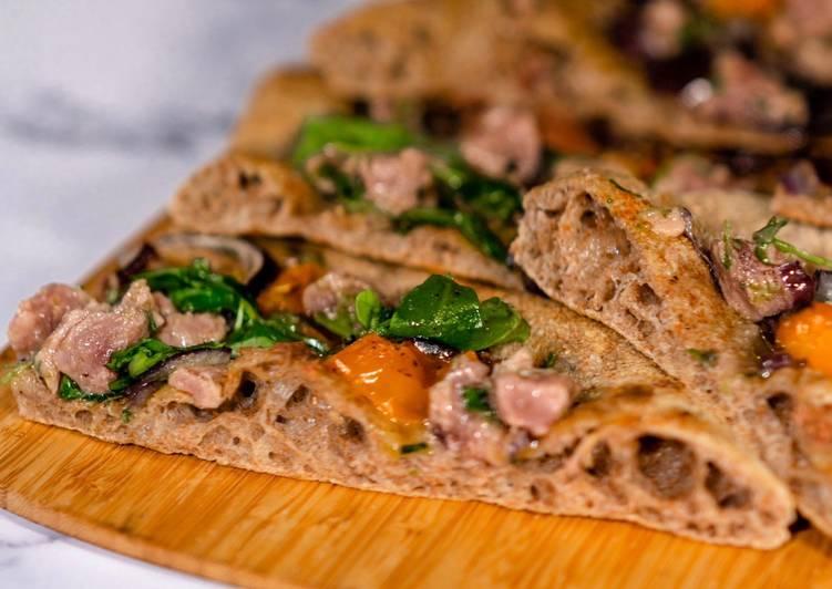 Pizza Integrale con Tartare di Tonno Rosso, Acciughe e Datterino Giallo