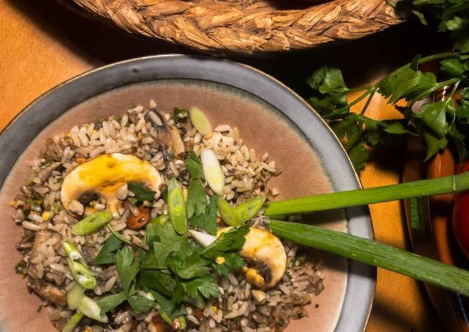 Gebratener Reis vegetarisch mit Nüssen und Pilzen