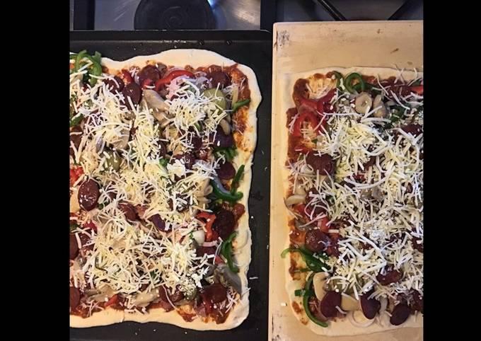 Pizzas complètes maison (tomate poivrons oignons chorizo champignons et deux jambons)