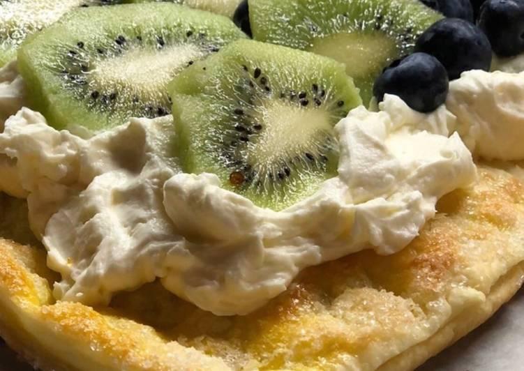 Ciasto francuskie z kremem i owocami