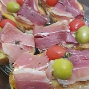 Brusquetas con queso y jamón crudo