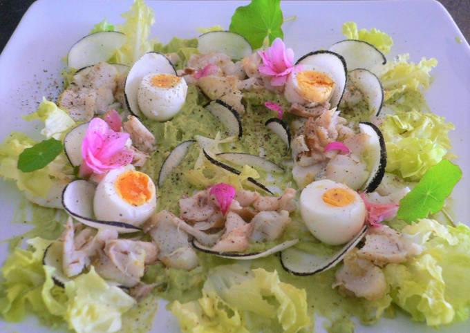 Salade de poisson,crème d'avocat,radis noir et œufs de cailles