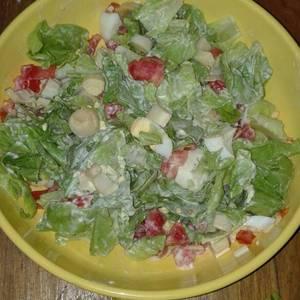 Ensalada de lechuga, palmito, tomate y huevo duro
