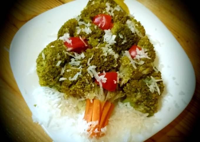 Christmas tree salad with green broccoli, tomato, egg white🎄🥦