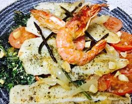 Merluza al horno con rodajas de tomate y revuelto de espinacas