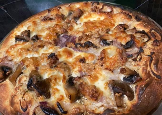 Pizza champignons oignons thon mozza