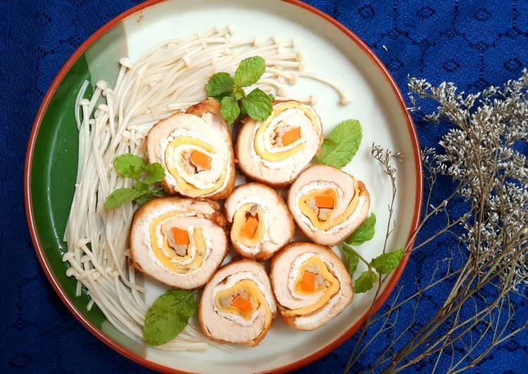 Ức gà cuộn trứng rau củ chiên