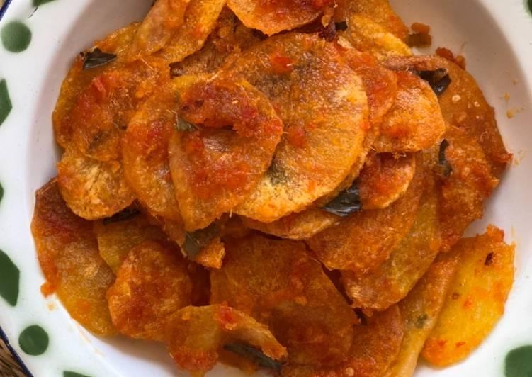 Keripik kentang balado / Potato chips with sambal