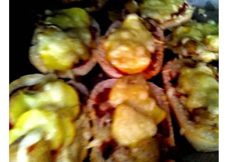 Halbe Ofenbrötchen mit Kartoffelscheiben und Käse