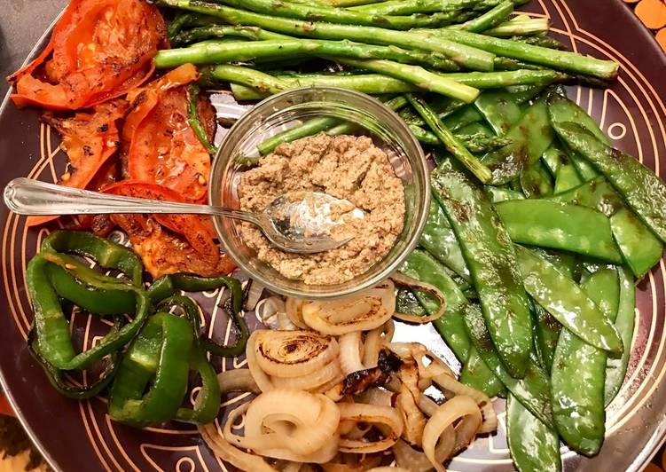 Parrillada de verduras con tapenade de aceitunas y almendras