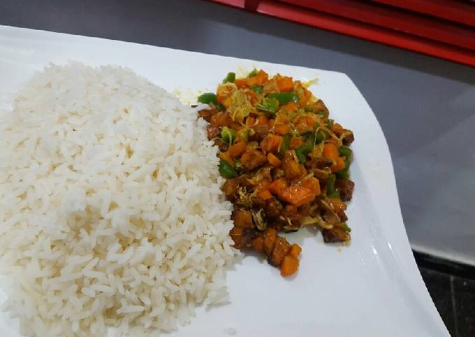 White rice with vegetable and plantain stew