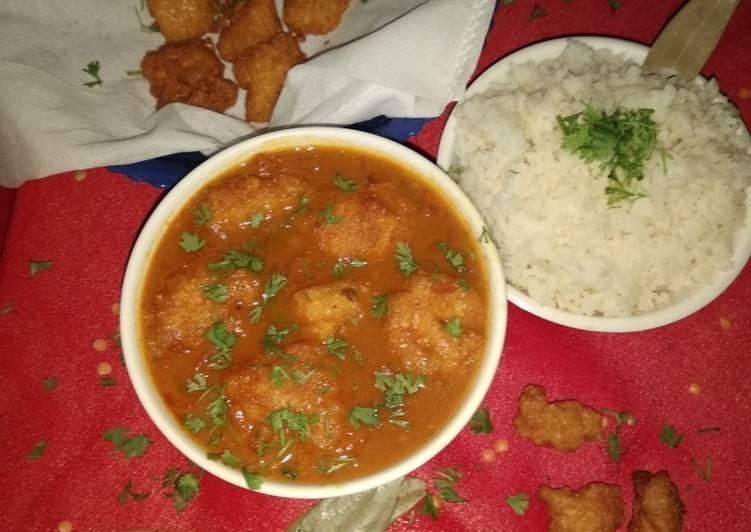Assamese bilahi boror tenga (Sour Curry with Red Lentil Fritter)