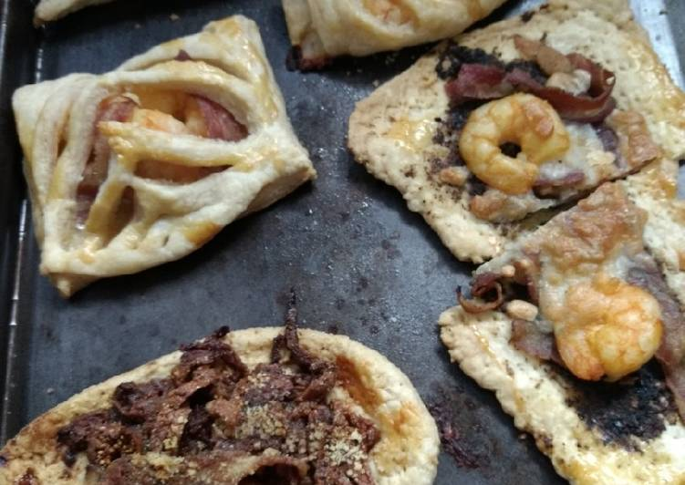 Empanadas de camarón, cebollas caramelizadas y tocino al brandy