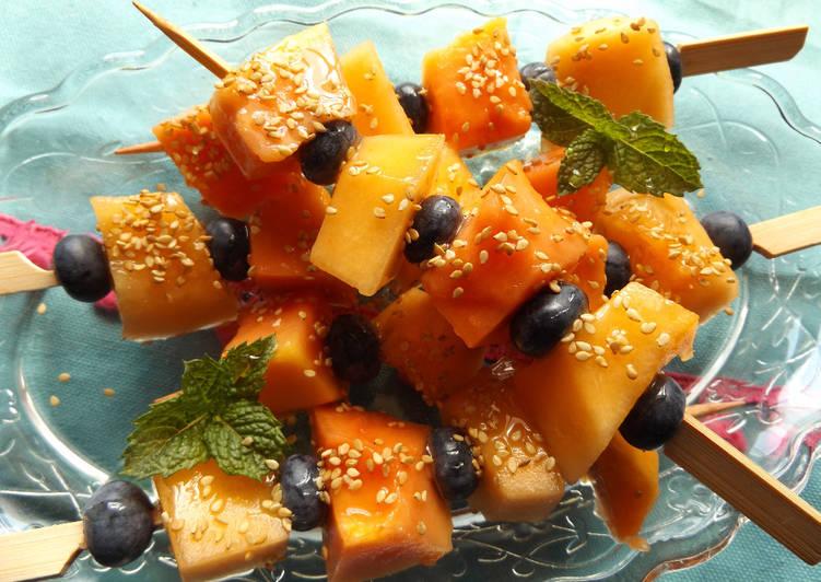 Brochetas de melón y papaya con sésamo tostado ideal para dietas de adelgazamiento