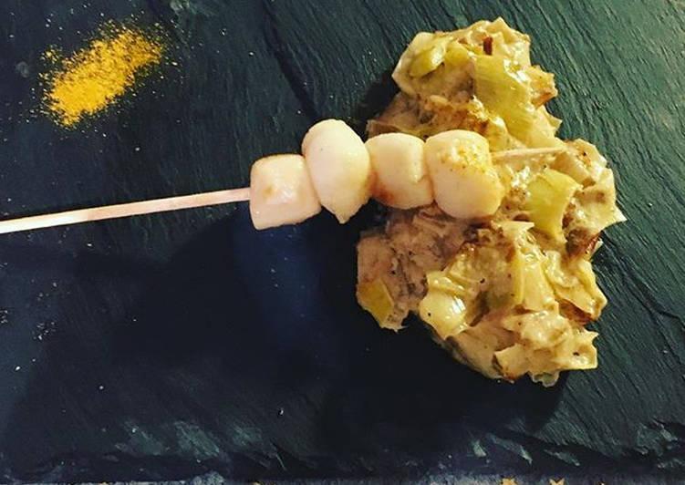 Brochette de Saint Jacques sur fondue de poireaux au curry