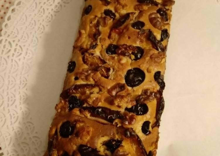 Walnuss-Schmand-Kuchen mit Früchten