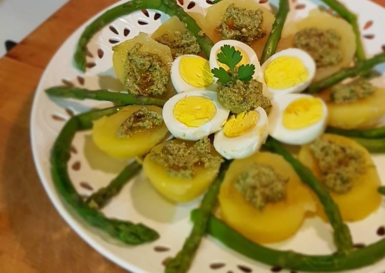 Ricetta Uova con insalata di patate e asparagi in salsa verde al balsami