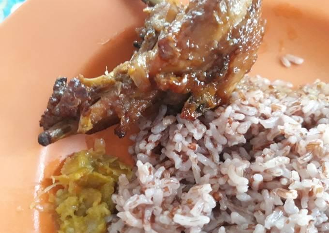 Resep Ayam Kampung Panggang Sambal Bawang dengan Nasi Merah…