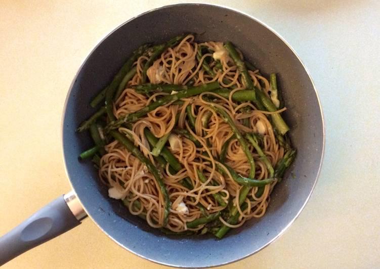 Asparagus spaghetti with goat cheese
