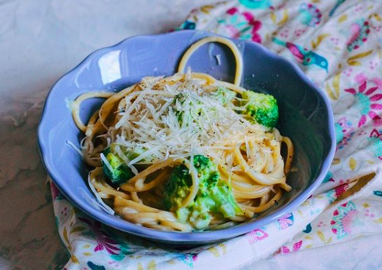 Pasta in creamy-cheese sauce with broccoli 🥦