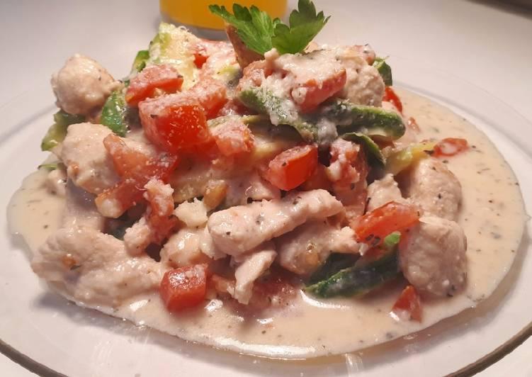 Linguinis de Zucchinis con pollo en crema de Yogur y parmesano
