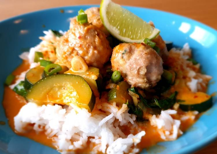 Chicken meatballs with red curry sauce