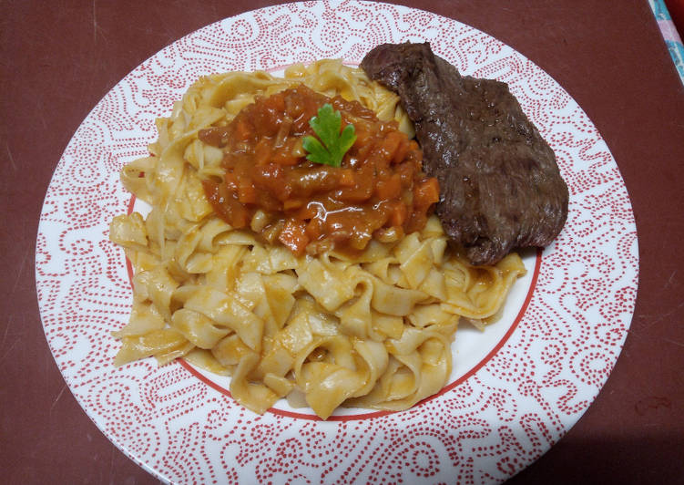 Tagliatelles, bifteck et sauce espagnole