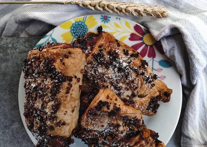 Saccottini di pasta sfoglia con marmellata di frutti di bosco e granella di nocciole