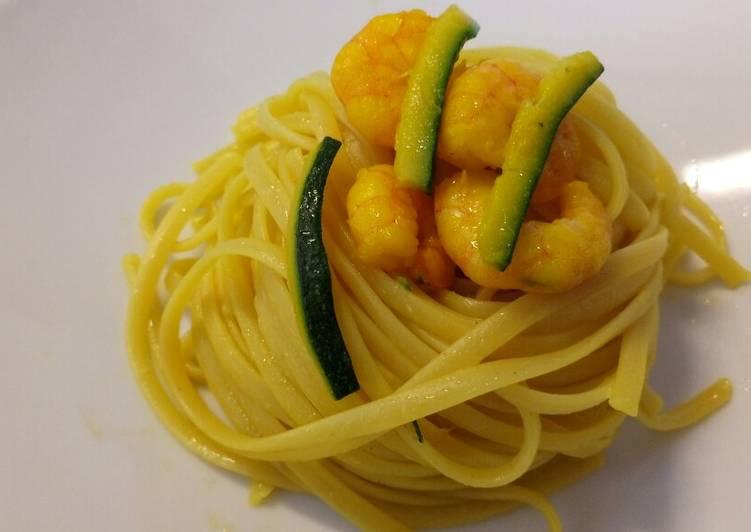 Linguine con zafferano, zucchine e gamberi