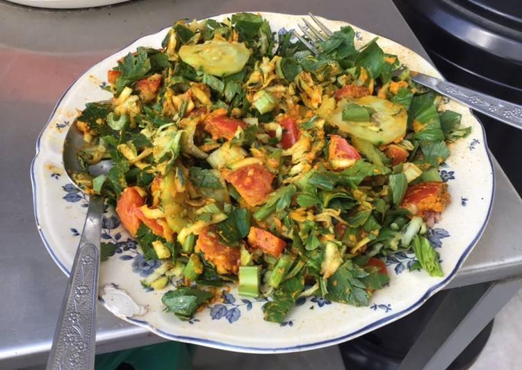 Salade de concombre céleri tomates et pignons sauce curry