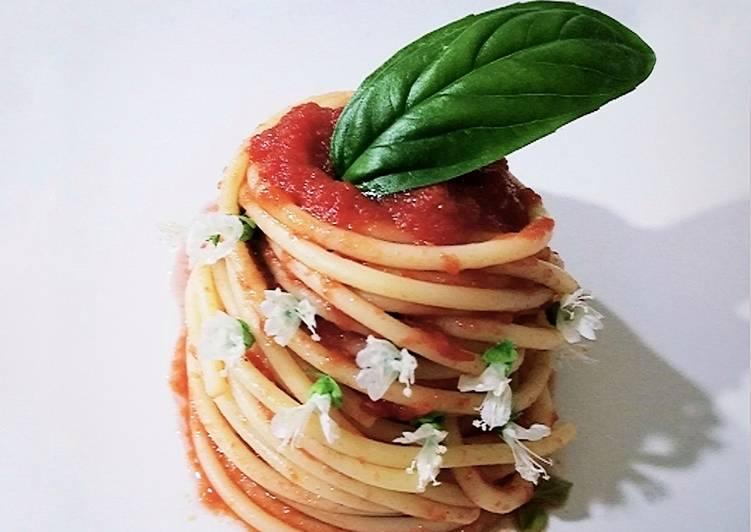 Spaghetti al pomodoro con fiori di basilico 🌷