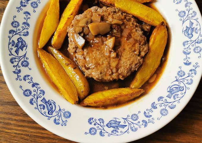 Steak haché (fait maison), sauce chasseur et potatoes