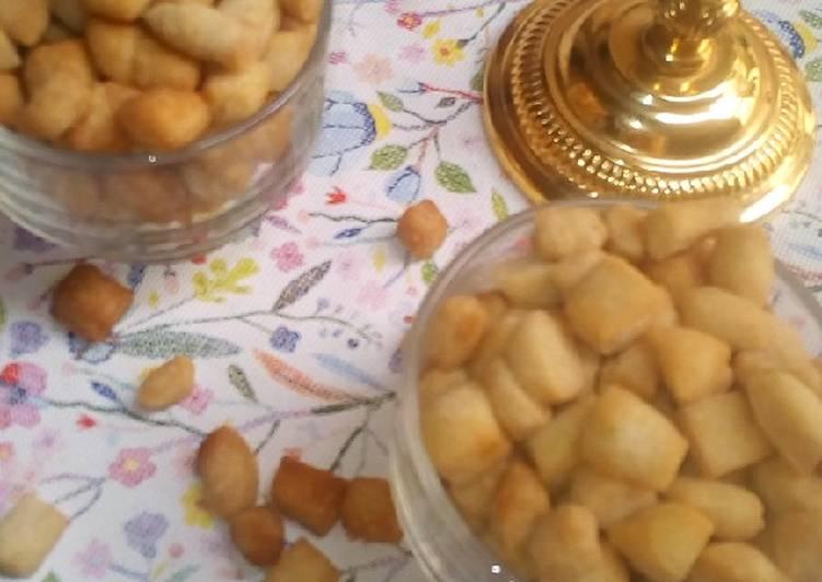 Crispy pomegranate seed-shaped snack