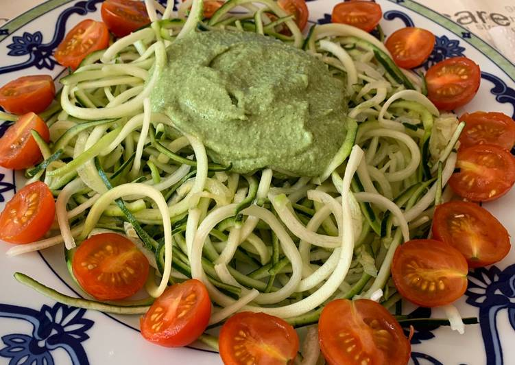 Espaguetis de calabacín con salsa de aguacate y tomates cherry