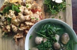 Trứng chiên thịt nấm rơm cà chua với canh cải xon nấm rơm