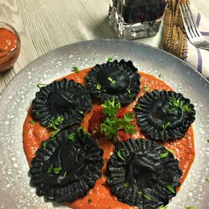 Girasoles de pasta fresca nero di sepia rellenos de gambas, huevas de bacalao y tomate de piquillos