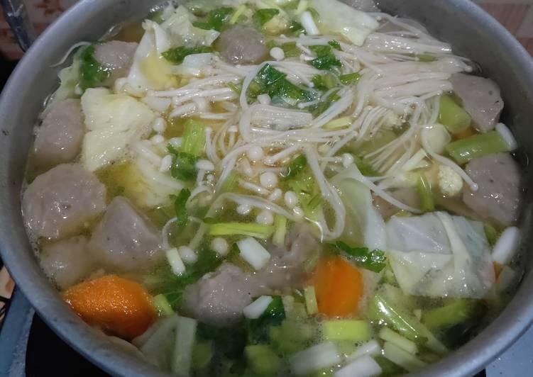 Sup sayur dan jamur Enoki