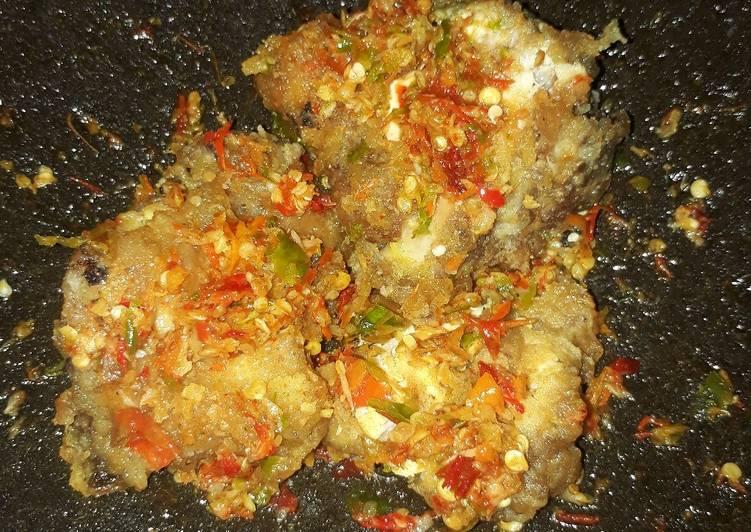Ayam penyet sambel bawang