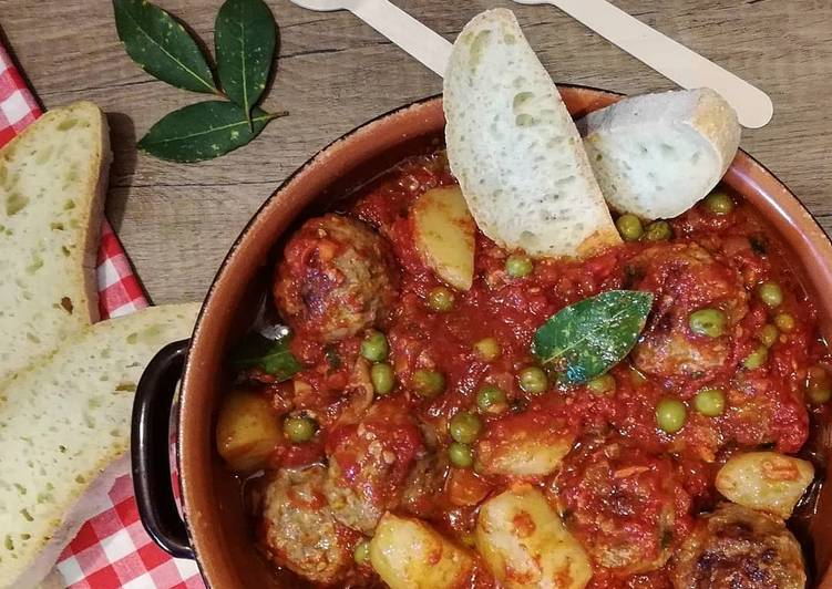 Ricetta Polpette di carne al sugo con patate e piselli 🌷