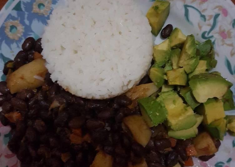 Tradational KIKUYU Njahi served with rice and Ovacado