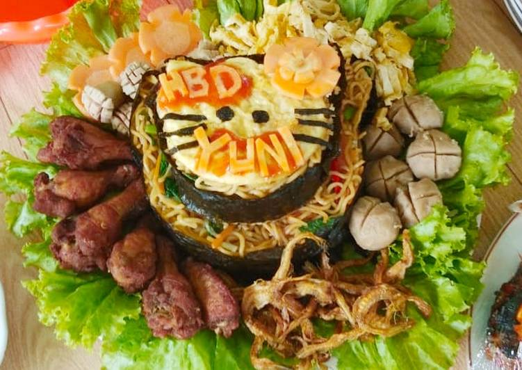 Tumpeng mie instant