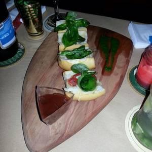 Brusquetas de tomate, queso y albahaca