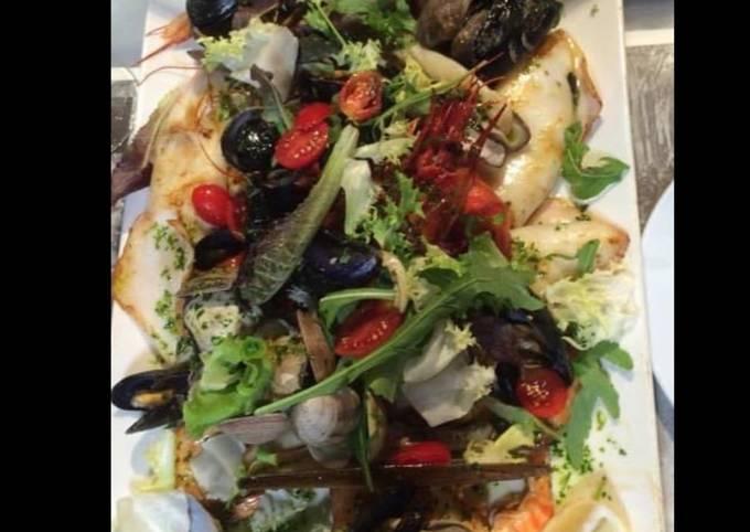 Assiette de la mer : meli melo de fruits de mer poissons et légumes